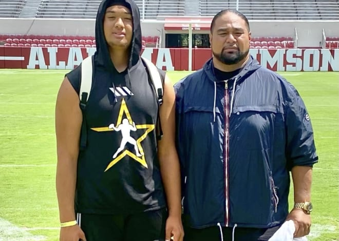 From left to right: 2023 recruit Matayo Uiagalelei and his father Dave. Photo: Dave Uiagalelei's Twitter account