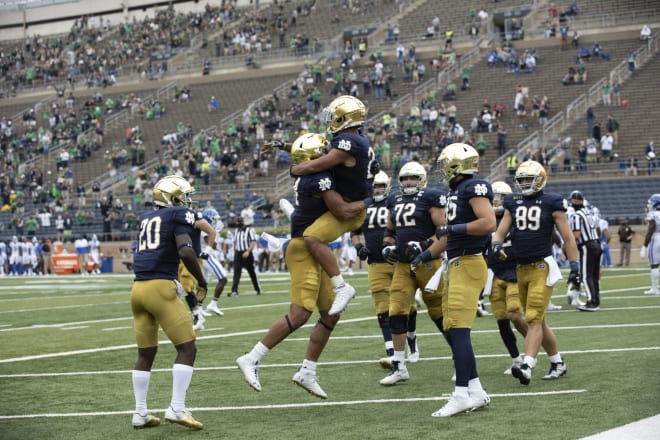 Notre Dame Fighting Irish Football Moves Up One Spot To No 4 In Oct 11 Ap Poll