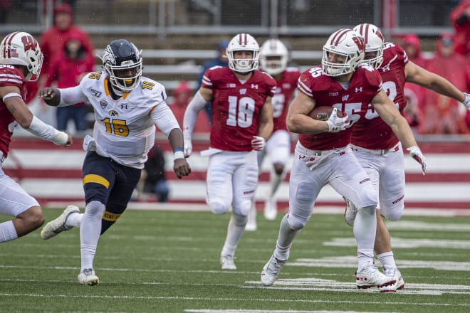 Wisconsin inside linebacker Leo Chenal (45) returning a fumble recovery against Kent State.