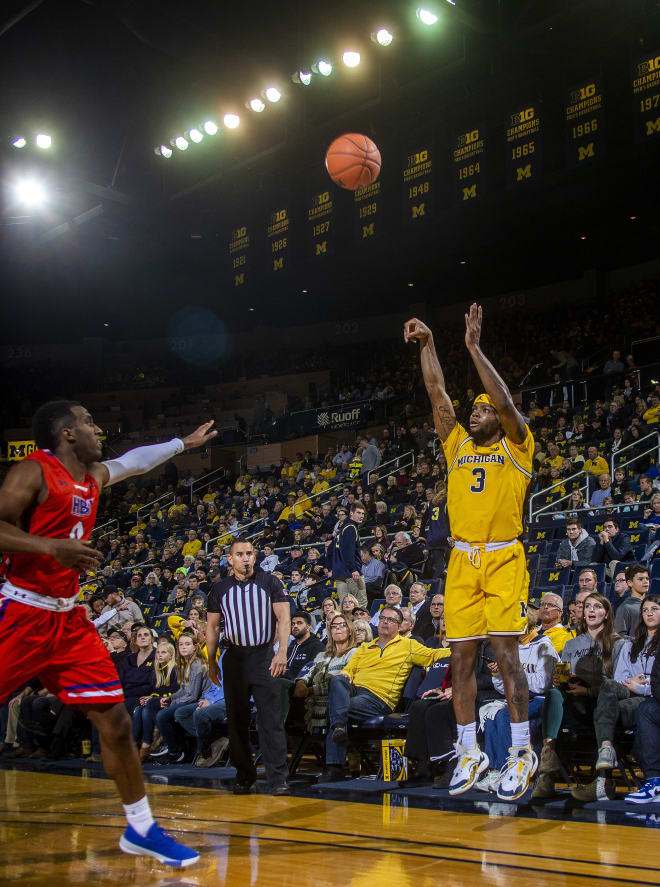 Michigan Wolverines basketball senior point guard Zavier Simpson dished out a career-high 14 assists in the win over Houston Baptist.