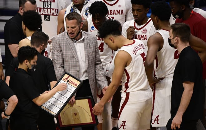 Alabama Crimson Tide head coach Nate Oats talks to his team against the Iona Gaels during the first round of the 2021 NCAA Tournament at Hinkle Fieldhouse. Photo | USA Today